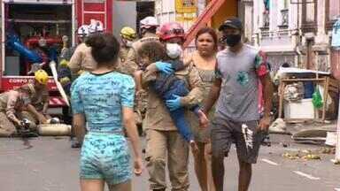 Bombeiros resgatam mais de 50 pessoas depois de um incêndio em Manaus - Moradores não conseguiram sair do prédio por causa da fumaça. Suspeita é de que o fogo tenha começado com um curto-circuito no subsolo.