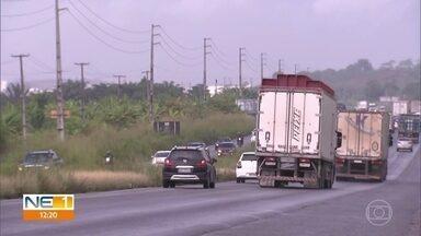 Acidente deixa ciclista morto e um ferido na BR-101, em Jaboatão dos Guararapes - Moradores e pedestres reclamam que na BR-101 tem muitos acidentes e que o local não tem sinalização suficiente.