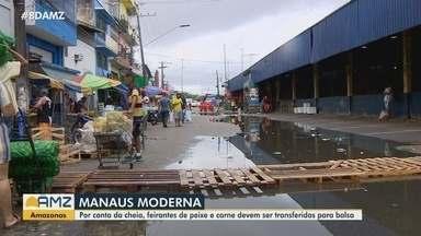 Feirantes da Manaus Moderna devem ser transferidos para balsa devido a cheia - Prefeitura começa a construir pontes em ruas alagadas.
