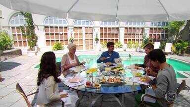 Marcela é hostil com Luísa e Bruna repara - Julinho interrompe a troca de farpas e pede a sobremesa