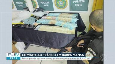Polícia prende seis com arma, pé de maconha e mais de R$ 10 mil em Barra Mansa - Flagrante aconteceu em imóvel do bairro Vila Coringa. Segundo a PM, também foram apreendidos seis munições, um coldre e material para embalar os entorpecentes.