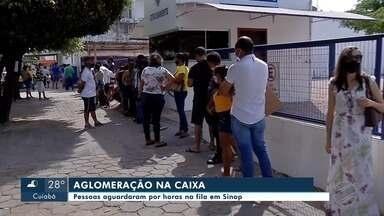 Pessoas se aglomeram em filas em frente a agências da Caixa em Sinop - Pessoas se aglomeram em filas em frente a agências da Caixa em Sinop.