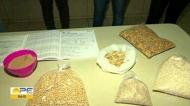 Voluntários em Nazaré da Mata fazem alimento especial para combater a desnutrição - Projeto da Pastoral prepara alimento com leite em pó e suplemento feito com sementes e distribui a famílias carentes