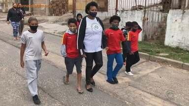 Líder comunitária ajuda e famílias em Porto Alegre - Tia Léia, como é conhecida pela comunidade, dava aulas em uma escolinha de futebol. Com a pandemia, passou a arrecadar alimentos para as famílias da região.