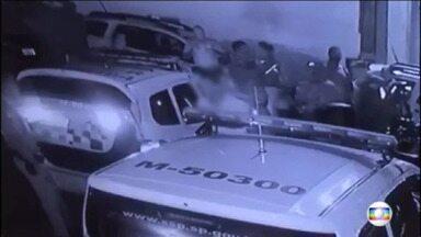 Câmera do batalhão grava o momento em que Policiais Militares espancam homem preso e algemado - Os dez policiais que aparecem nas imagens foram identificados e afastados das ruas. O homem preso, foi levado pelos policiais depois de se envolver em um acidente de trânsito.