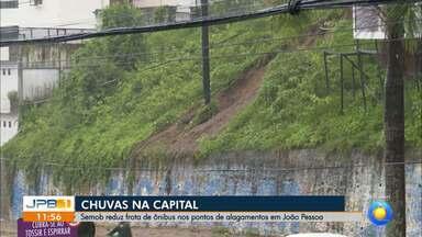 Chuvas causam deslizamento de terra, na Avenida Epitácio Pessoa, em João Pessoa - Foram registrados 52,2 milímetros de chuvas em doze horas, na capital paraibana.