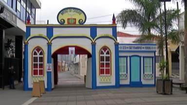 """Império da Festa do Divino de Mogi recebe visitas no formato drive-thru - O local funcionará como uma """"vitrine"""", onde os moradores podem passar de carro para ver a decoração e pedir graças."""