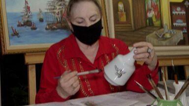 Artista de Mogi produz presente para padres que celebram as missas da novena - Uma tradição da Festa do Divino de Mogi é presentear os padres.