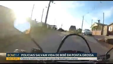 Bebê de dois meses é salvo por policiais militares em Ponta Grossa - A ação rápida do policial foi registrada pela câmera que fica presa ao uniforme do PM