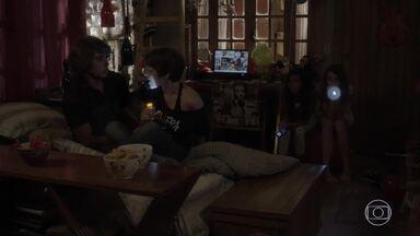Karina conta história de terror e Pedro fica com medo - Tomtom e suas amigas se divertem