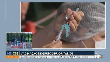 Curitiba começa a vacinar pessoas com deficiência de 50 anos ou mais - Curitiba começa a usar teste rápido, com resultado de 15 minutos em pessoas entre 18 e 40 anos que apresentarem sintomas gripais
