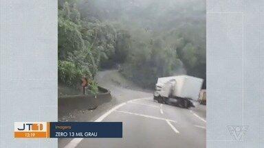 Imagens mostram momento em que carreta fica em 'L' em trecho da Anchieta - Acidente aconteceu na manhã de segunda-feira (24).