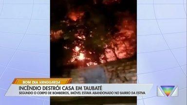 Casa abandonada pega fogo e chamas assustam moradores no bairro Estiva em Taubaté - Local armazenava madeira, o que ajudou o incêndio a se espalhar rapidamente.
