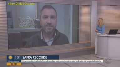 Economista analisa os impactos da maior colheita de soja da história no RS - Bom Dia Rio Grande entrevista Antônio da Luz, economista-chefe da Farsul.