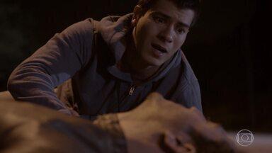 Alan tenta entregar o pendrive para Duca - Duca fica desesperado