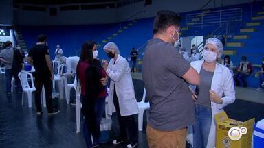 Marília começa a vacinar contra Covid pessoas a partir de 18 anos com comorbidades - Seguindo o calendário estadual, a cidade aplica a primeira dose da vacina contra a Covid-19 em pessoas a partir dos 18 anos com comorbidades ou deficiência permanente.