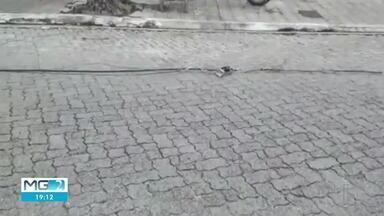 Carreta derruba fios na Vila Bretas em Governador Valadares - A fiação ficou atravessada no meio da rua.