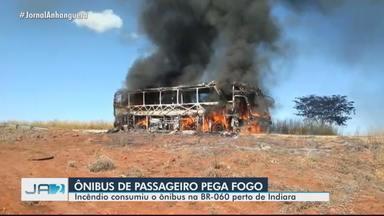 Ônibus pega fogo na BR-060, perto de Indiara - Incêndio consumiu o veículo.