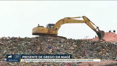 Vereadores de Magé aprovam alteração na lei que permite aterros sanitários - Ambientalistas criticam a mudança, que, na prática, pode reativar o lixão de Bongaba, que polui a Baía de Guanabara.