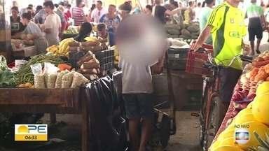 Trabalho infantil: mais de 77 mil crianças e adolescentes em Pernambuco estão em atividade - No Brasil, idade mínima para trabalho é de 16 anos. Mas em praias e feiras livres no país é comum se encontrar crianças exercendo algum tipo de ofício.