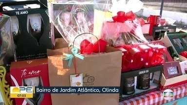 Em Olinda, feira reúne pequenos empreendedores com presentes para Dia dos Namorados - Aberta a partir das 14h, no bairro de Jardim Atlântico, feirinha traz plantas, roupas, artesanato e diversos outros produtos que podem servir para a data romântica.