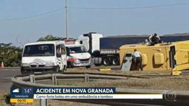 Carro forte tomba ambulância em Nova Granada - O acidente foi na BR-153.