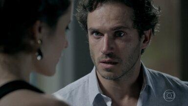 Carmem e Orville descobrem que Salvador fugiu do manicômio - A advogada afirma que é preciso acabar com a vida do pintor