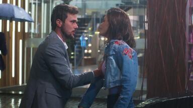 Kyra e Rafael se beijam e Alan flagra encontro! - Veja o que vai acontecer em 'Salve-se Quem Puder'