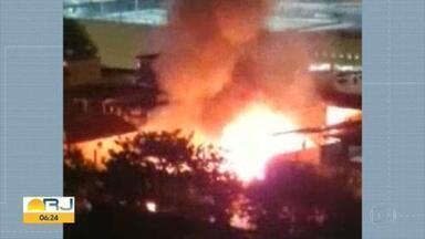 Incêndio destrói casas na Zona Portuária do Rio - Um incêndio atingiu as casas de uma vila na Zona Portuária do Rio de Janeiro na madrugada desta quinta-feira (1º). Uma pessoa teve queimaduras e foi levada para o Hospital Souza Aguiar, no Centro.