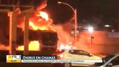 Ônibus são incendiados na Avenida Brasil - RioÔnibus diz que o incêndio foi criminoso, que os ônibus eram novos e que não serão repostos por causa da crise que o setor enfrenta.