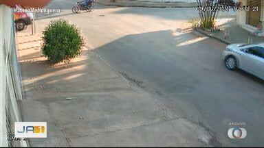 Falta de sinalização causa acidentes em ruas de Goiânia - Por conta da demora da prefeitura, moradores precisam até pintar faixas de PARE.