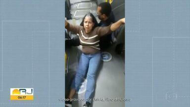 Passageira é pisoteada quando tentava embarcar em ônibus do BRT - A mulher caiu e machucou a perna quando tentava entrar no ônibus.