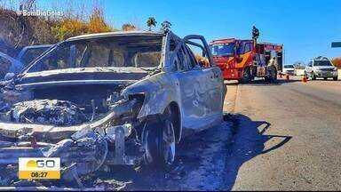 Confira notícias da madrugada na Região Metropolitana de Goiânia - Um carro pegou fogo, outro foi roubado e recuperado e homens foram presos por atirar no meio da rua.