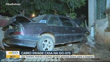 Delegada explica que carro podia estar em alta velocidade quando invadiu casa em Goiânia - Uma pessoa morreu e quatro ficaram feridas.