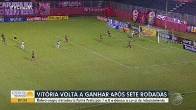 Vitória volta a ganhar após sete rodadas pela série B do Campeonato Brasileiro - Rubro-negro derrotou a Ponte Preta por 1 a 0 e deixou a zona de rebaixamento.