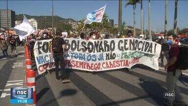 Manifestantes fazem atos contra Bolsonaro em SC - Manifestantes fazem atos contra Bolsonaro em SC