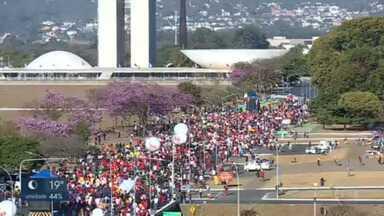 Manifestantes protestam contra o presidente Jair Bolsonaro - O ato fechou a Esplanada dos Ministérios no sentido Congresso Nacional. O grupo criticou a atuação do presidente na pandemia e cobrou mais agilidade na vacinação.