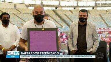 Adriano Imperador é homenageado e coloca os pés na Calçada da Fama do Maracanã - No Maracanã, o atacante comemorou três títulos, todos pelo Flamengo: os cariocas de 2000, 2001, e o Brasileirão de 2009.