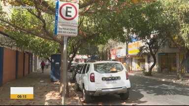 Motoristas relatam falta de cartela de área azul no centro de Goiânia - Sem o cartão à venda, eles não conseguem parar legalmente nas vagas.