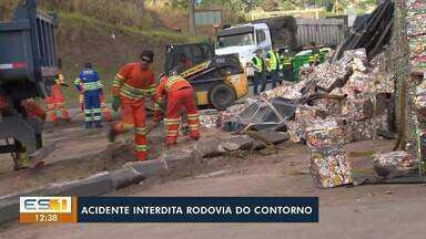 Acidente entre carreta e carro de passeio interdita BR-101, em Cariacica - Assista.