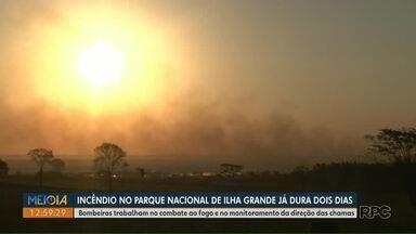 Incêndio no Parque Nacional de Ilha Grande, no Paraná, chega ao 2º dia - Bombeiros trabalham no combate ao fogo e no monitoramento da direção das chamas.