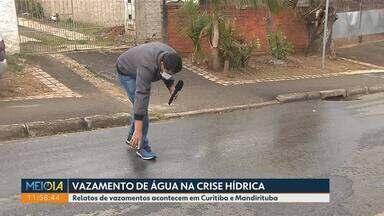 Moradores relatam vazamentos de água em Curitiba e Mandirituba - O vazamento acontece durante a crise hídrica no estado