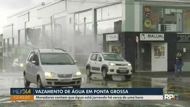 Vazamento de água chama atenção no Centro de Ponta Grossa - Situação ocorreu na manhã desta sexta-feira (13).