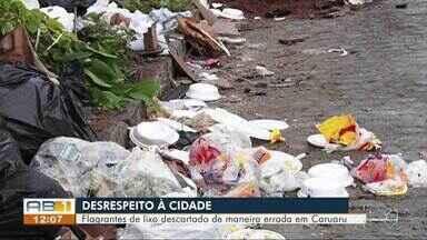 Reportagem mostra flagrantes de pessoas jogando lixo no chão em bairro de Caruaru - Situação acontece com frequência em rua do Santa Rosa.