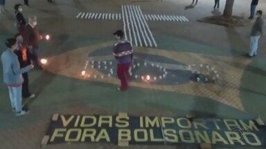 Moradores de Ourinhos fazem manifestação com velas para homenagear vítimas da Covid - Foram colocadas 509 velas em formato de cruz na praça Melo Peixoto na noite desta quinta-feira (12) simbolizando as mortes pela doença na cidade.
