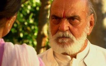 Shankar e Maya se encontram - Shankar diz a Maya que ela tem medo dos intocáveis e conclui que não seria feliz com Bahuan