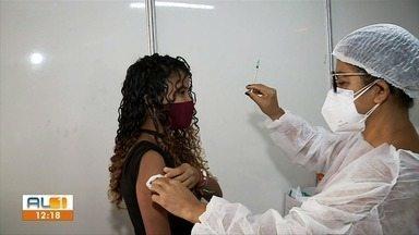 Adolescentes com menos de 18 anos lotam pontos de vacinação contra Covid em Maceió - Município também continua vacinando pessoas de 18 anos ou mais.