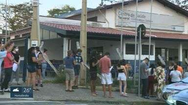 Moradores registram fila durante vacinação contra Covid-19 no Taquaral, em Campinas - Vídeos foram gravados na tarde desta quarta-feira (25).