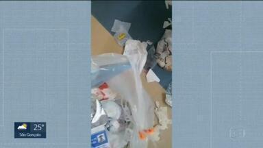 Funcionários da limpeza do Hospital Ronaldo Gazolla denunciam que os salários estão atrasados e que estão reutilizando até os sacos de lixo - O Hospital Ronaldo Gazolla, referência no tratamento da Covid-19, está deixando a desejar quando o assunto é limpeza, segundo os funcionários.