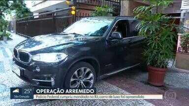 Polícia Federal cumpre mandado de busca e apreensão em prédio, em Ipanema - Agentes apreenderam carro de luxo no local. Operação - que teve maior parte dos mandados cumpridos em São Paulo - visa desarticular quadrilha de tráfico de drogas.